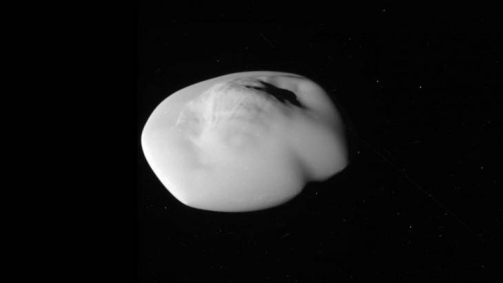 Atlas - ksieżyc Saturna z bardzo bliska