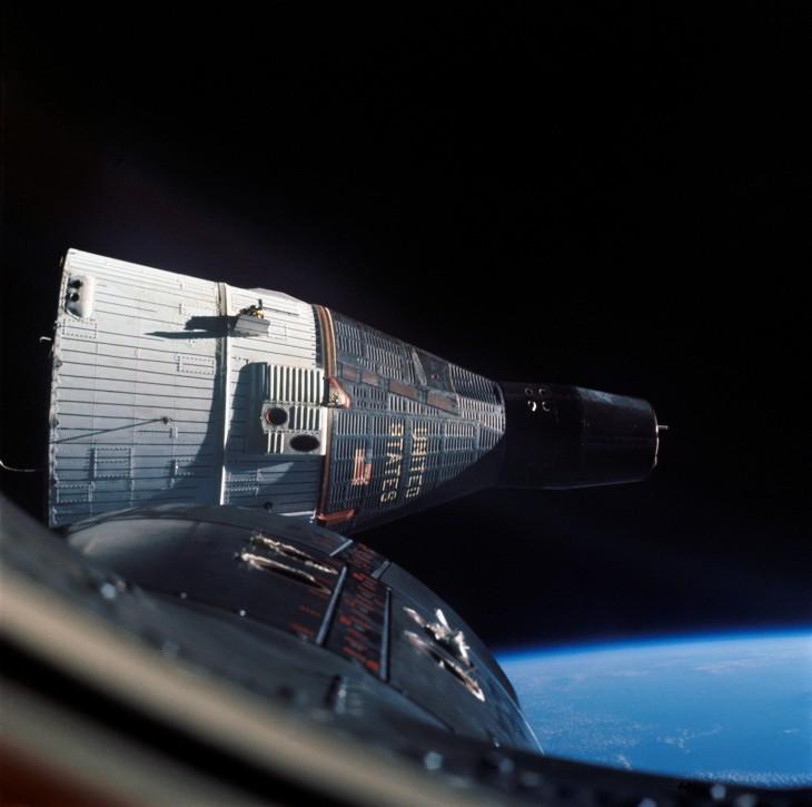 Zdjęcie kapsuły Gemini 7 zostało wykonane przez okno ze statku Gemini 6.