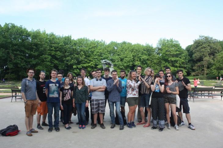 Uczestnicy warsztatów w Parku Łazienkowskim.