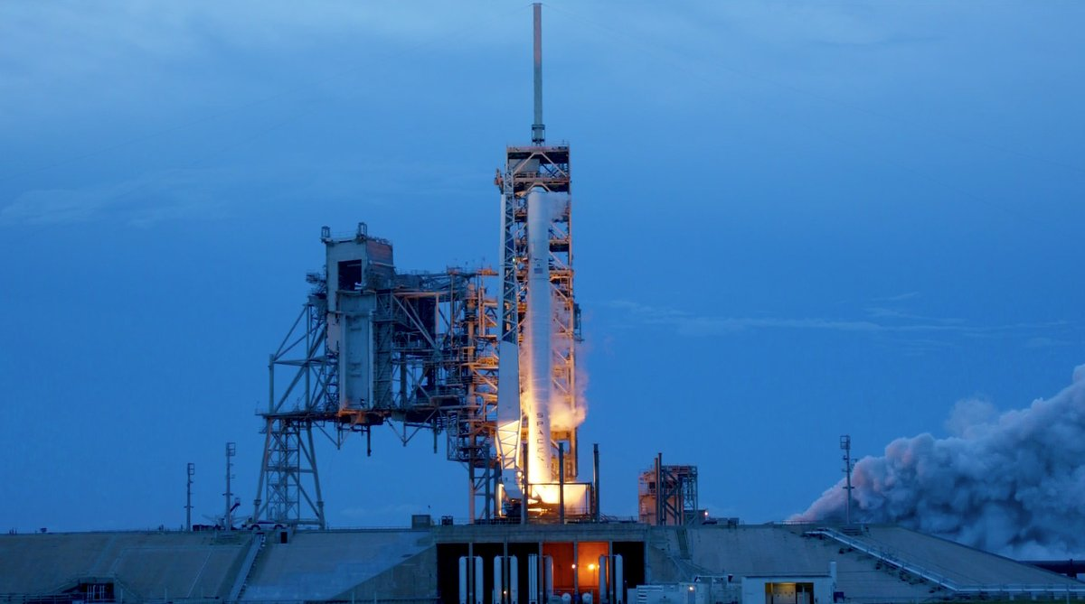 Rakieta Falcon 9 v1.2 w wersji rozszerzonej, tzn. o większej ładowności lecz niezdatna do lądowania, podczas próbnego zapłonu 29 czerwca 2017 r.