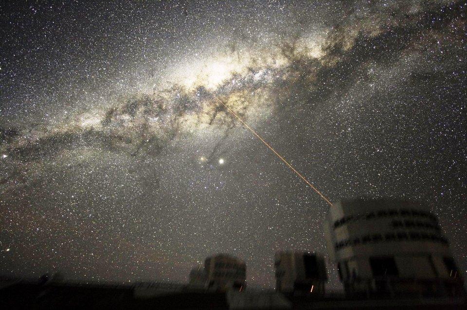Centrum Galaktyki widoczne na nocnym niebie ponad obserwatorium na Cerro Paranal.