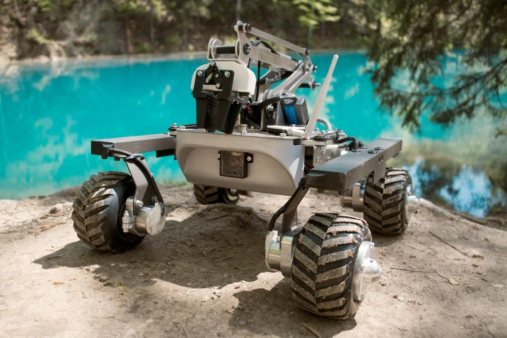 Łazik posiada kamerę Full HD i manipulator. Całością steruje się zdalnie za pomocą aplikacji, której wygląd był inspirowany centrami kontroli misji kosmicznych.
