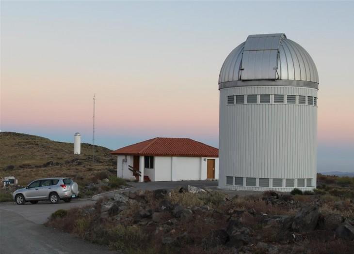 Kopula teleskopu OGLE wraz zdomkiem obserwatora