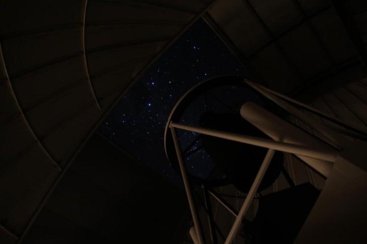 Rozgwieżdżone niebo z wnętrza otwartej kopuły teleskopu OGLE