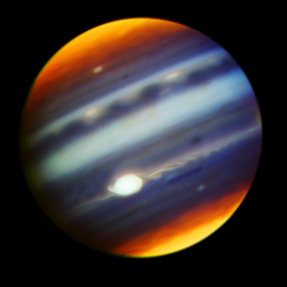 Na zdjęciu wykonanym wbliskiej podczerwieni ukazuje przymglenie watmosferze gazowego olbrzyma widoczne wodbitym świetle Słońca.