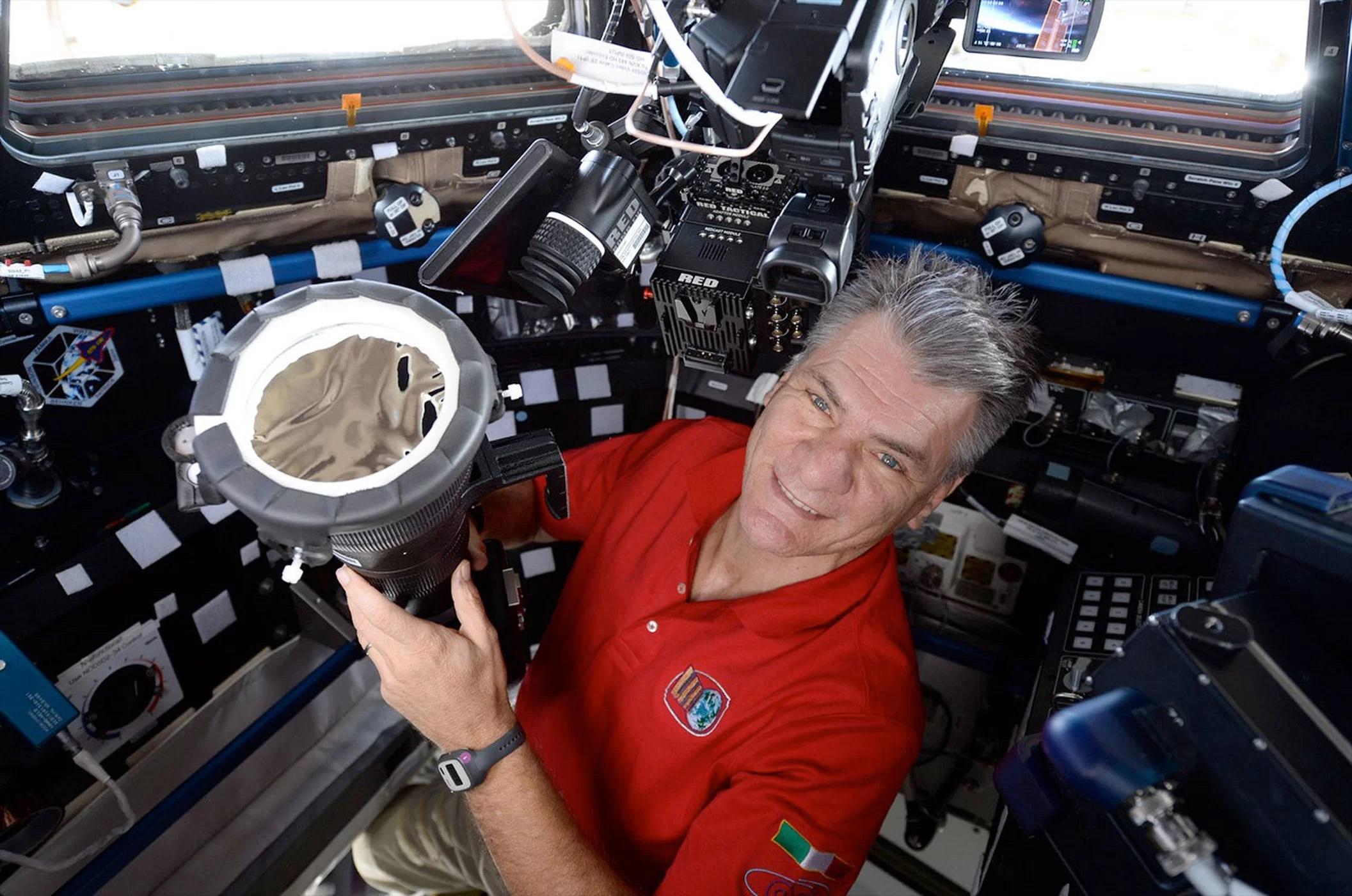 Paolo Nespoli przygotowuje swój aparat, wyposażony wsoczewki 400mm ifiltr przeciwsłoneczny, dozrobienia zdjęć zmodułu Cupola napokładzie ISS.