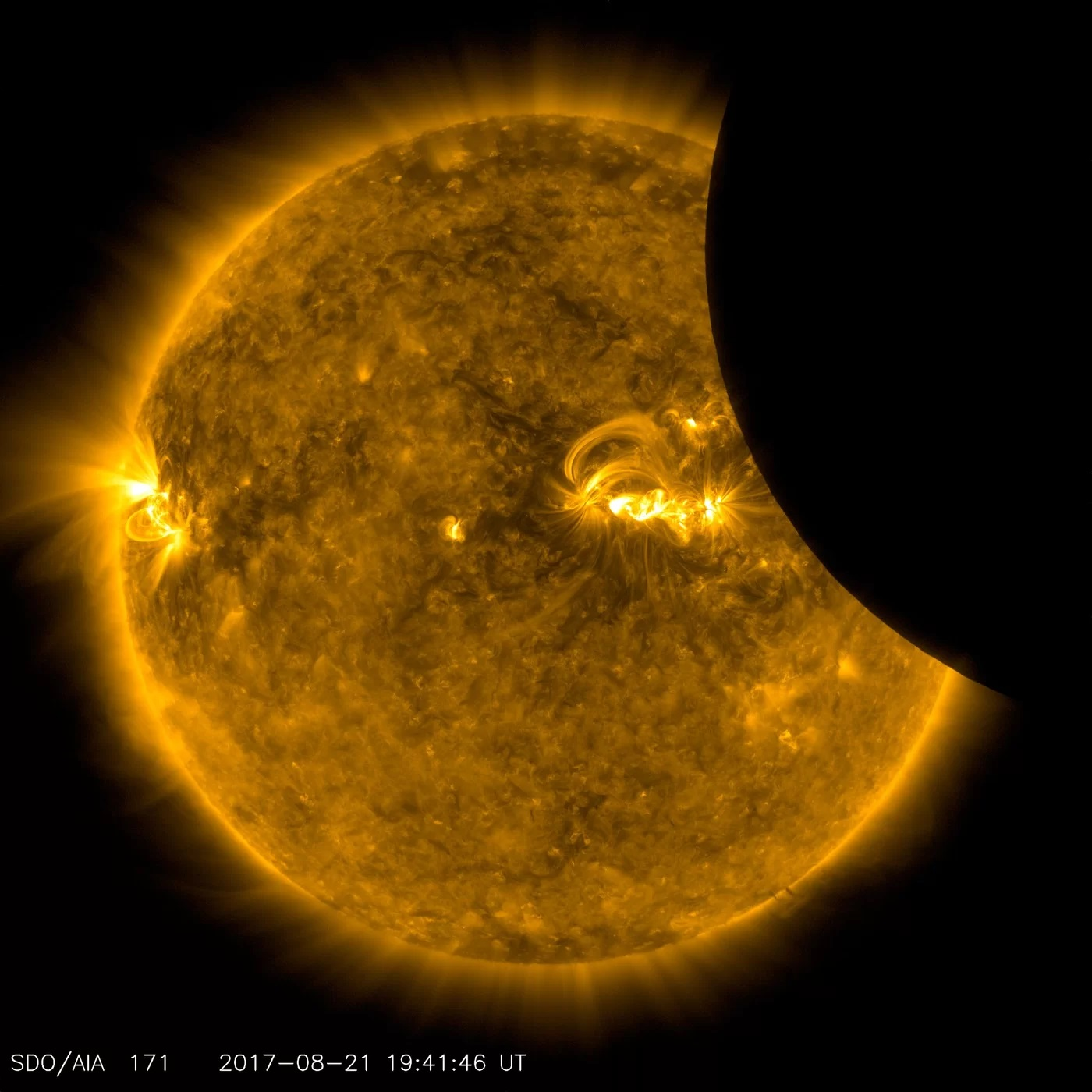 Zaćmienie widziane soczewkami należącego do NASA Solar Dynamics Observatory.