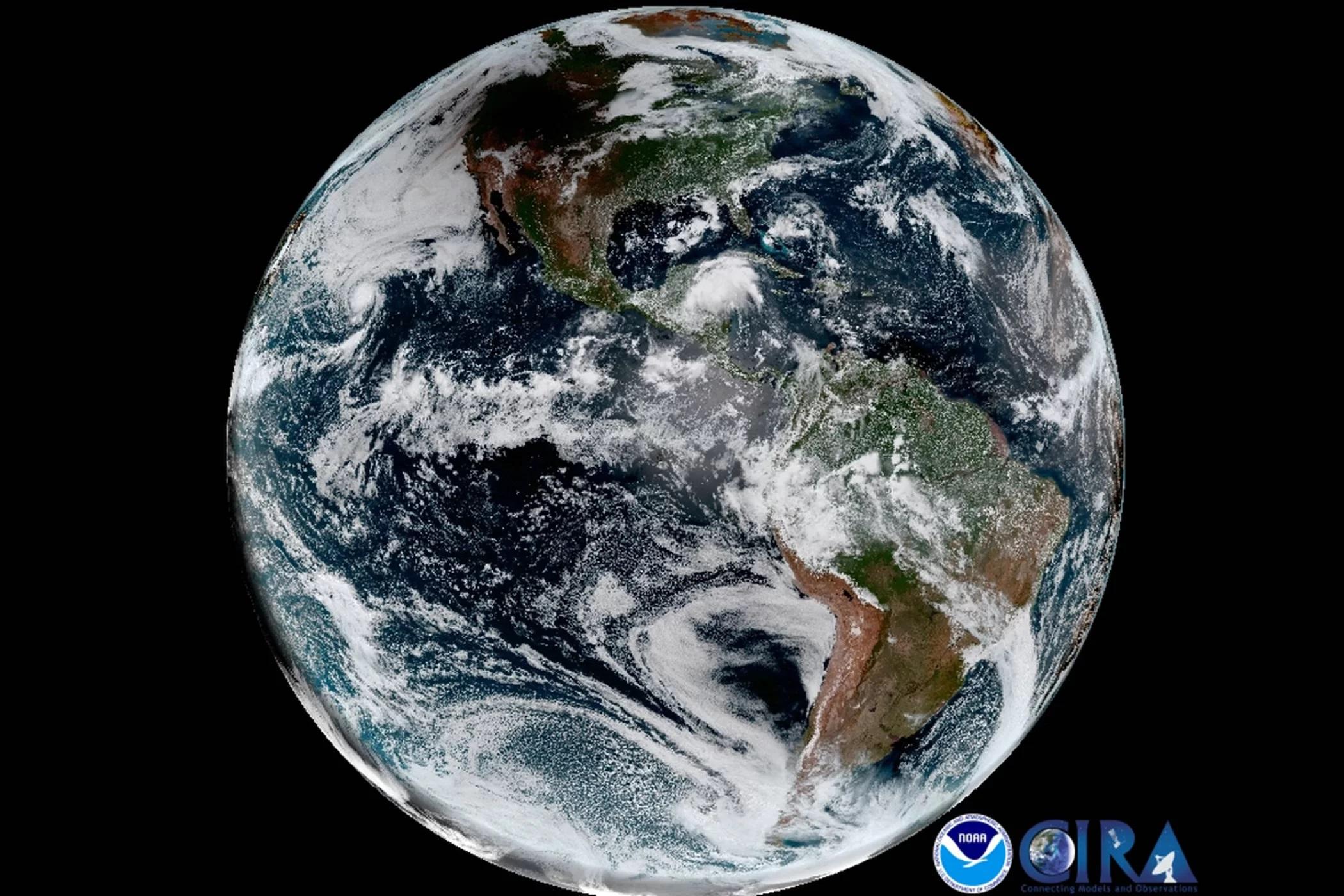 Kontynuując swoją podróż doAtlantyku cień Księżyca znajduje się nawschód odrzeki Mississippi. Zdjęcie pochodzi zAdvanced Baseline Image, będącego częścią GOES-16, którymoże wykonać obraz całej Ziemi taki jak ten co kwadrans.