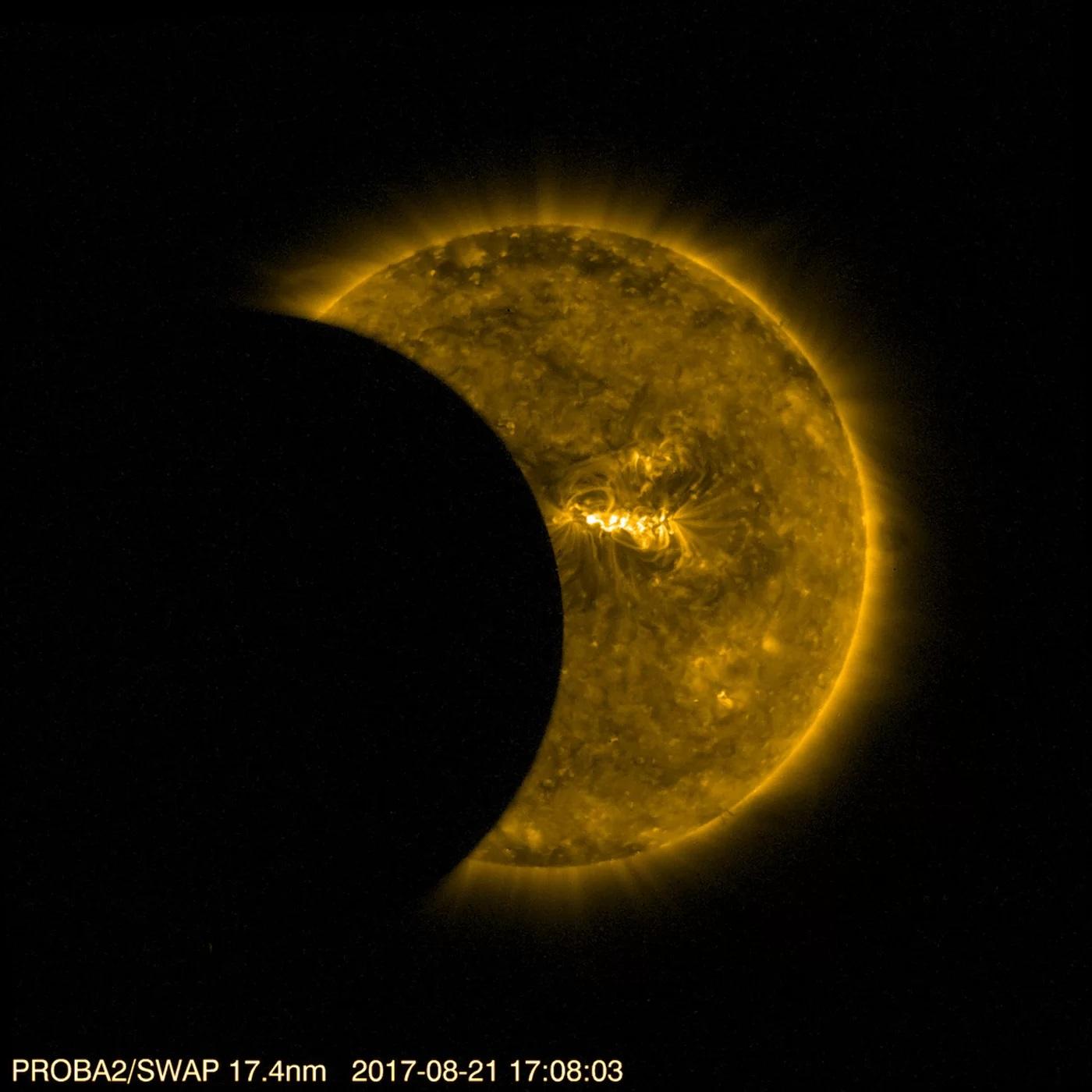 Ta fotografia wykonana przezSWAP przedstawia tarczę Słońca wgłębokim ultrafiolecie, byukazać burzliwą powierzchnię iwirującą koronę odpowiadające temperaturze około miliona stopni.