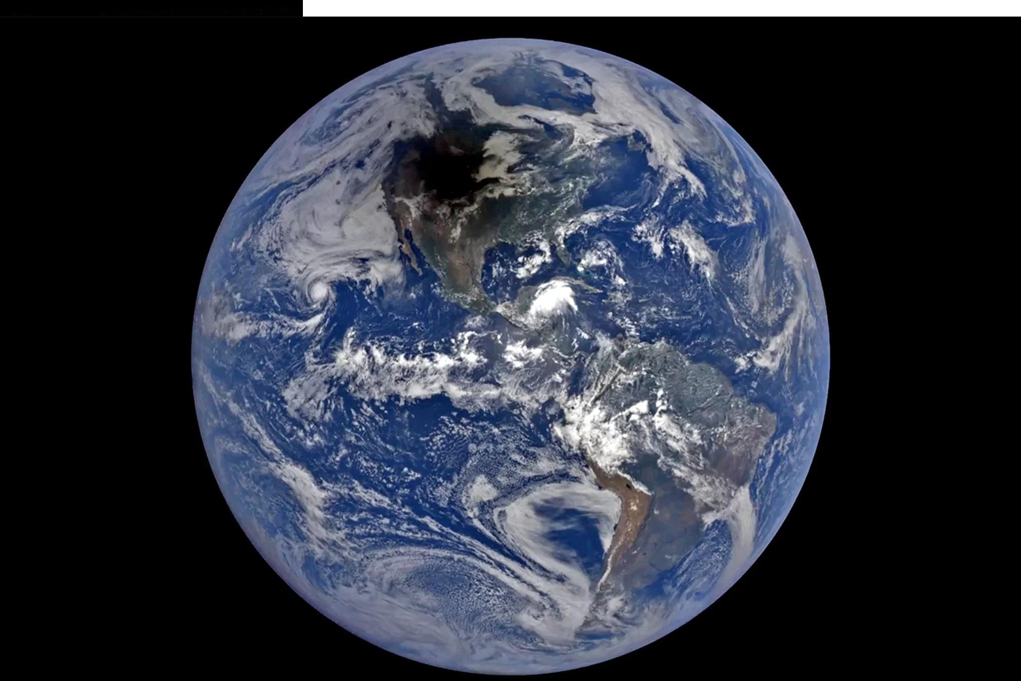 Daleko wkosmosie, należąca doNASA Earth Polychromatic Imaging Camera wysłała 12 EPICkich zdjęć cienia Księżyca sunącego poobszarze Ameryki Północnej wnaturalnych barwach.