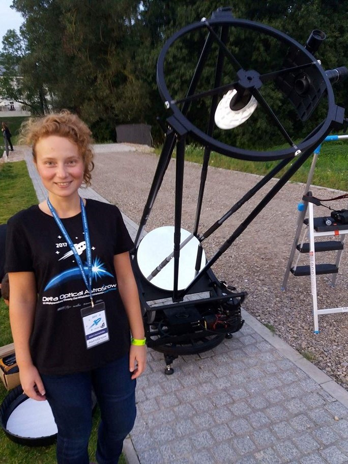 """Największy seryjnie produkowany teleskop świata – pół metrowej apertury Sky-Watcher Dobson 20"""" zsystemem SynScan GO-TO! Aby spojrzeć przezokular, trzeba było użyć drabiny…"""