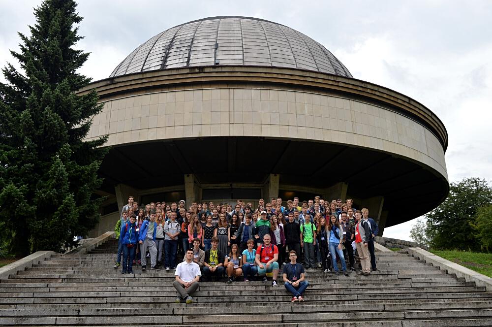 Uczestnicy obozu na tle Planetarium Śląskiego w Chorzowie.