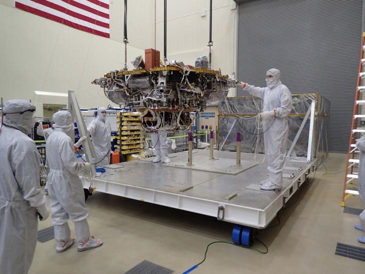 Fragment lądownika jest podnoszony z kontenera, w którym był przechowywany, w przygotowaniu do testów.