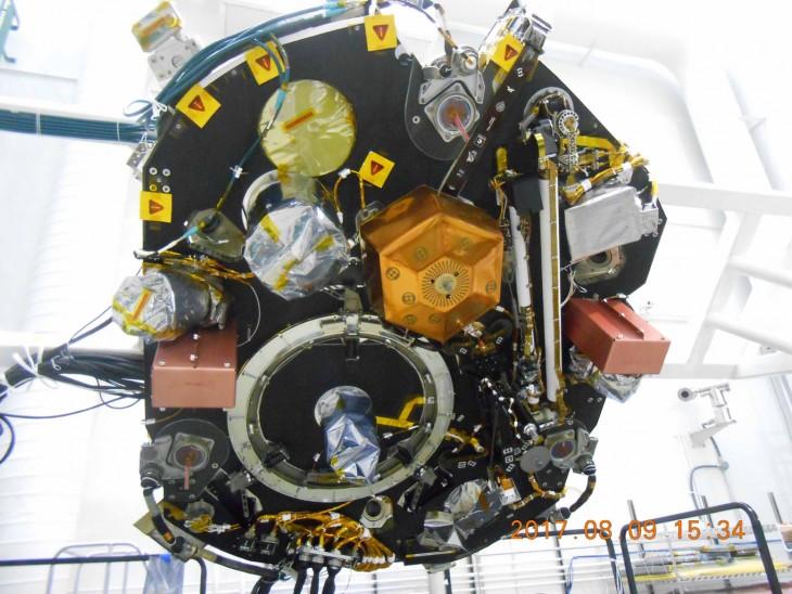 Wierzchnia część pokładu naukowego lądownika InSight z zainstalowanymi już sejsmometrem, sondą ciepłą i robotycznym ramieniem.
