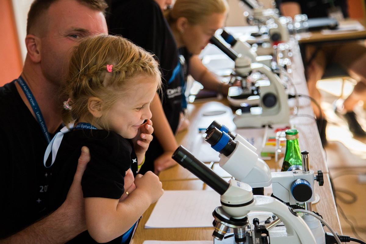 """Sala mikroskopowa, wktórejmłodzież badała przeróżne, otaczające nas rzeczy, przyciągała również te """"większe dzieci""""."""