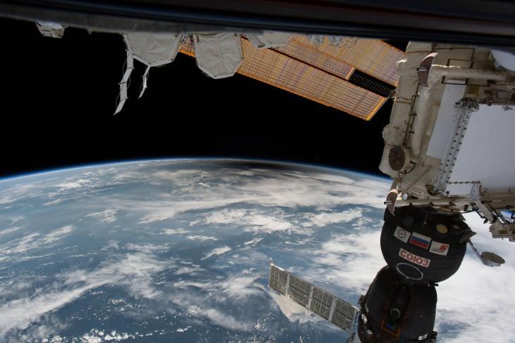 """Podczas gdy miliony ludzi na Ziemi zachwycało się zjawiskiem zaćmienia słonecznego, jedynie sześć osób mogło podziwiać ten widok """"z góry"""". Na zdjęciu cień rzucany przez Księżyc widziany z ISS."""