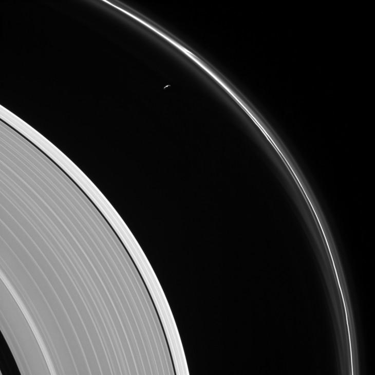 Księżyc Saturna - Prometeusz pomiędzy pierścieniami A i F