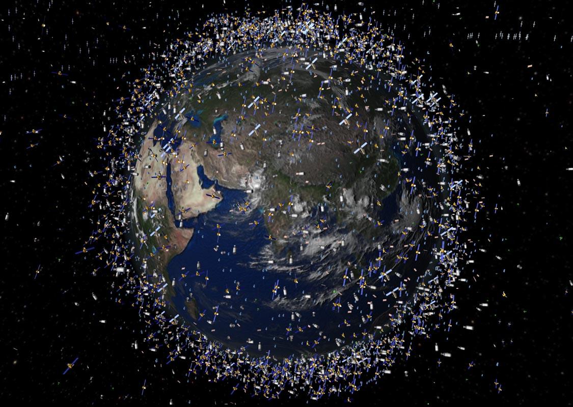 Ilustracja przygotowana przez ESA przedstawia orientacyjną lokalizację skatalogowanych obiektów krążących wokół Ziemi. W rzeczywistości jest ich z pewnością więcej.
