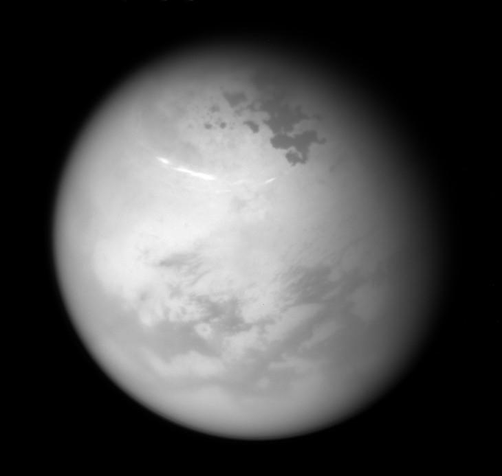 Niesamowite zdjęcie Tytana, z widocznymi chmurami metanu.