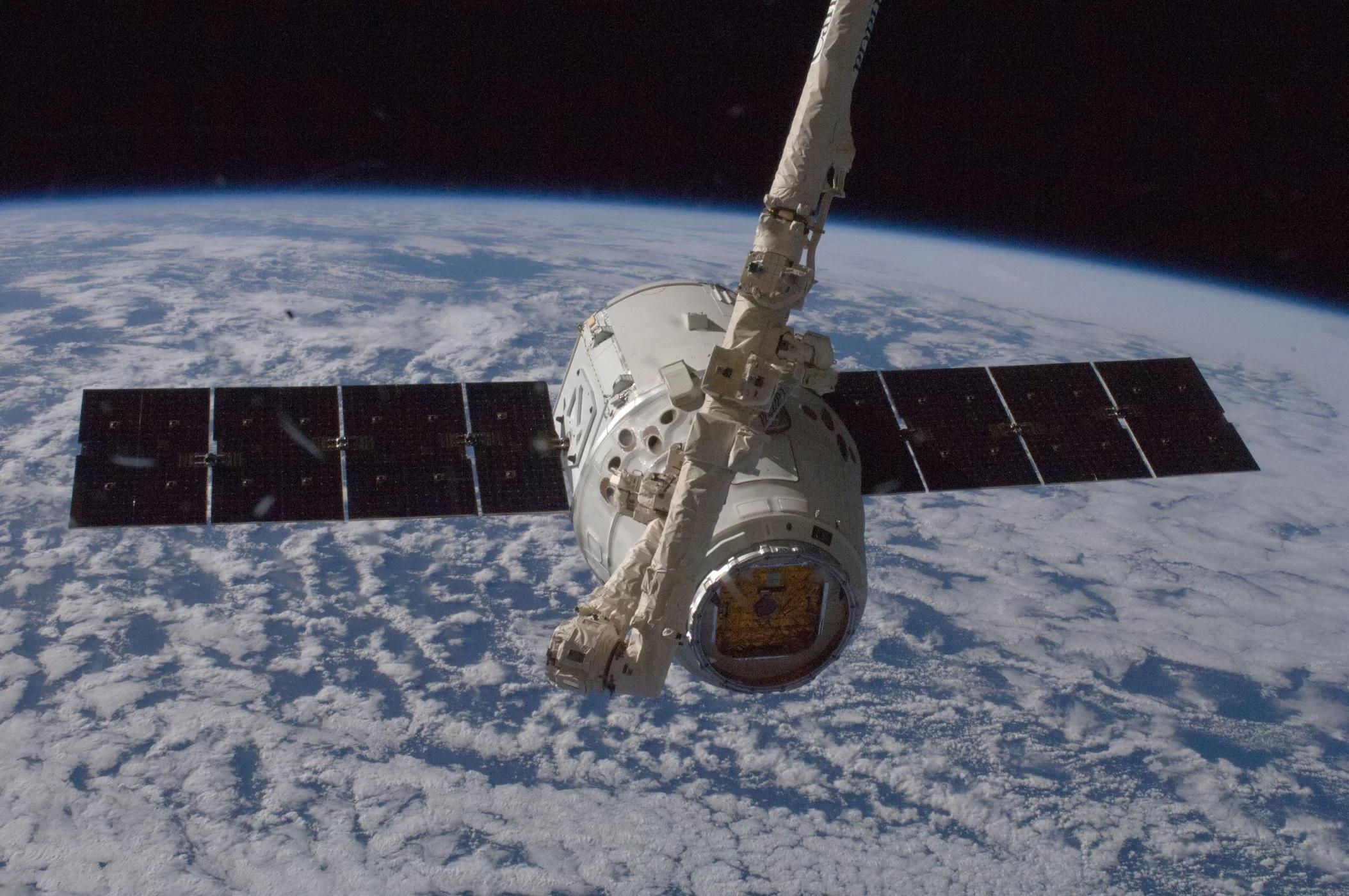 10 października 2012 roku, wykonując operacje ze stacji roboczej w środku kopuły o siedmiu oknach, Aki Hoshide – astronauta Japońskiej Agencji Eksploracji Przestrzeni Kosmicznej, inżynier 33 Ekspedycji – wraz z astronautką NASA Sunitą Williams (dowódczyni) przechwycili o 6:56 (EDT) Dragona oraz użyli ramienia robotycznego, by podczepić go do stacji.