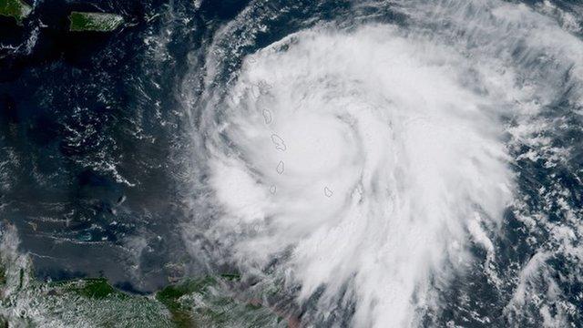 Satelita GOES-16 należący do NOAA zrobił to zdjęcie huraganu Maria zbliżającego się do Wysp Nawietrznych 18 września 2017 r.