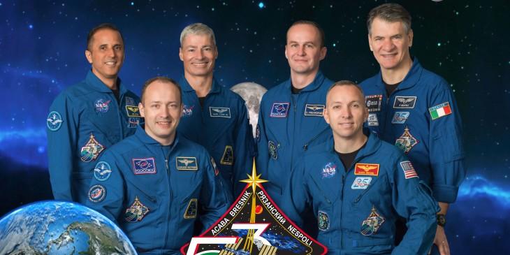 Zbiorowe zdjęcie załogi. W pierwszy rzędzie od lewej siedzą Alexander Misurkin i Randy Bresnik, a w tyle Joe Acaba, Mark Vande Hei, Sergei Ryazanskiy oraz Paolo Nespoli.