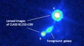 Wykonane przez Kosmiczny Teleskop Hubble'a, zdjęcie galaktyki i obrazów kwazaru powstałych w wyniku soczewkowania grawitacyjnego.