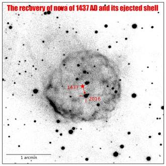 Nova z 1437 wraz z otoczką. Zaznaczono pozycję gwiazdy w czasie jej odkrycia oraz dzisiaj