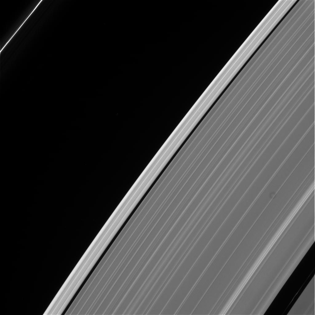 Jedno z ostatnich zdjęć Cassini. Przedstawia pierścienie gazowego olbrzyma. Fotografia została wykonana przy użyciu filtrów CL1 oraz CL2.