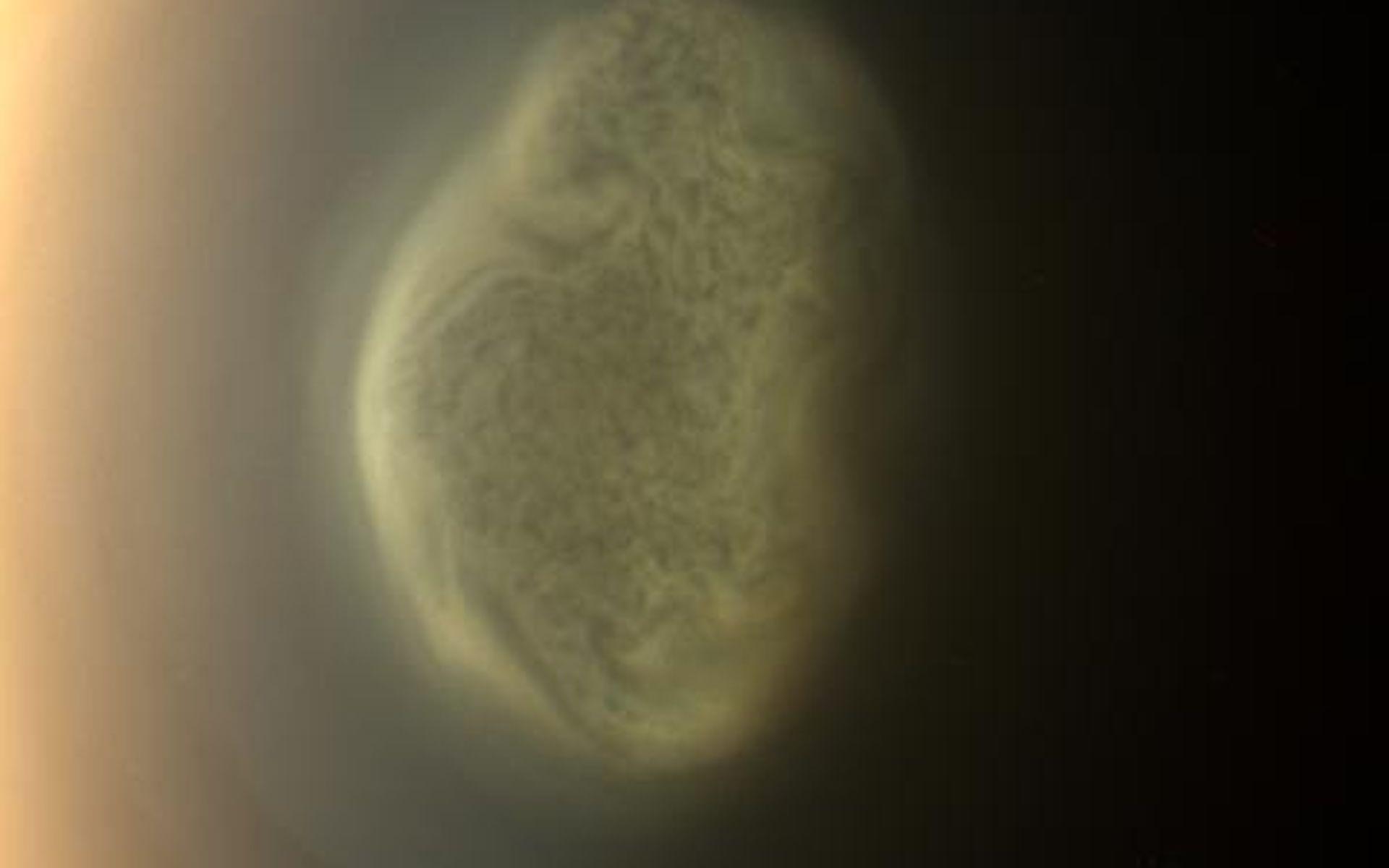 Południowy biegun Tytana – kłębowisko chmur lub gazowy wir uchwycony przez Cassiniego 27. czerwca 2012 roku.