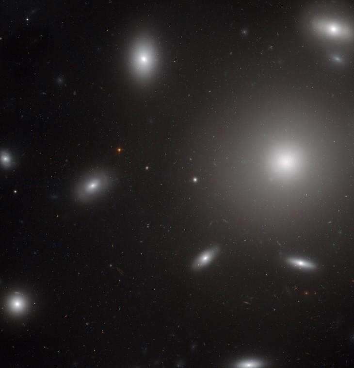 Zdjęcie zrobione przez kamerę Wide Field Channel będącą elementem Teleskopu Hubble'a. Składa się on z obrazów wykonanych w zakresie światła widzialnego oraz podczerwieni.
