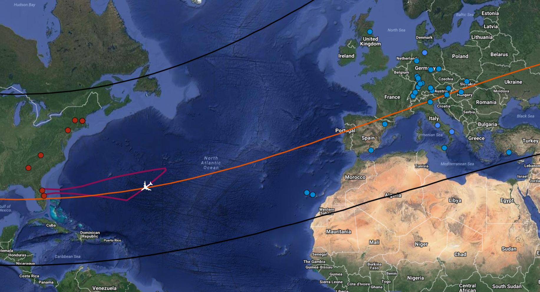 Czarnymi liniami zaznaczono granice cienia Trytona przechodzącego przeztarczę Ziemi, natomiast pomarańczową – jego środek. Czerwona linia totrajektoria lotu obserwatorium SOFIA. Miejsce, wktórymznajdzie się Boeing podczas najważniejszych, 2-minutowych obserwacji zaznaczono samolotem. Czerwone iniebieskie kropki tolokacje teleskopów naziemnych zaangażowanych wbadania atmosfery księżyca Neptuna.