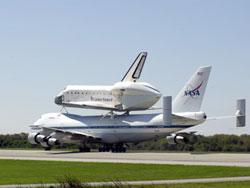 """Prom kosmiczny """"Atlantis"""" na grzbiecie Boeinga 747"""