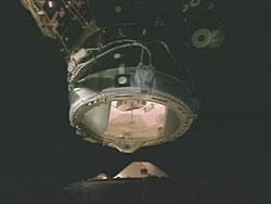 Discovery oddokowuje od ISS