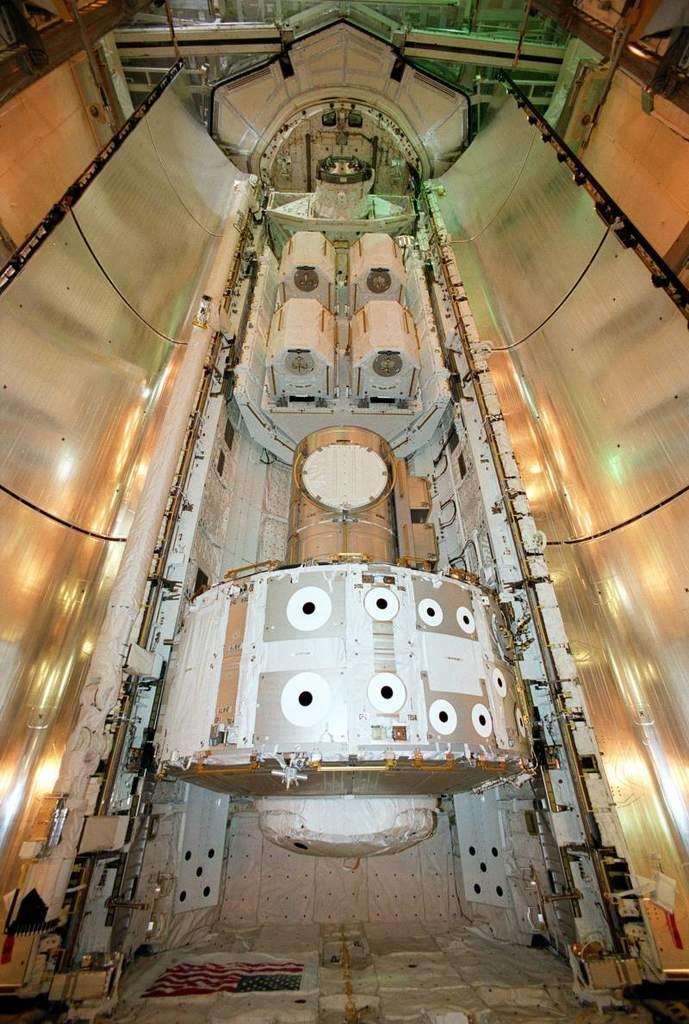 Śluza powietrzna dla ISS w ładowni Atlantisa
