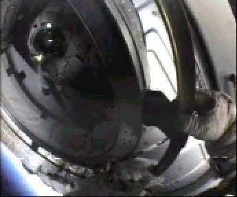 Mike Gernhardt wewnątrz śluzy powietrznej