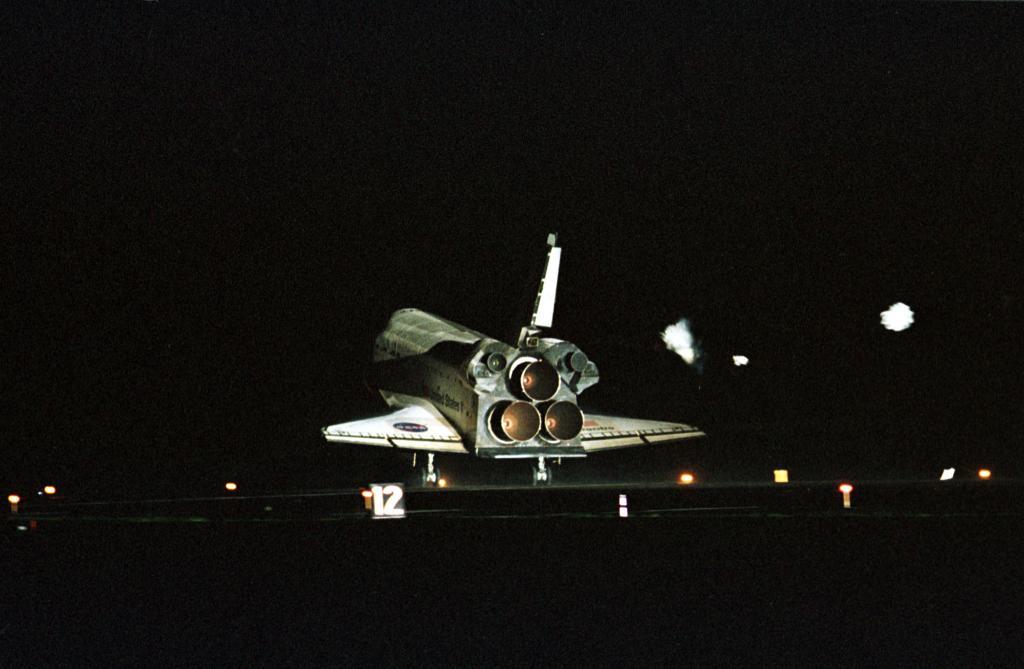 Atlantis ląduje w KSC