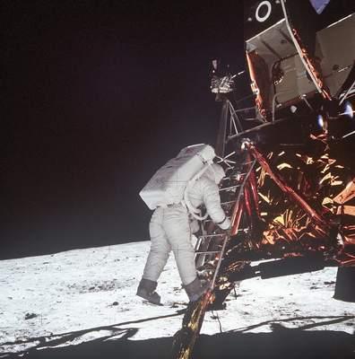 Edwin E. Aldrin staje na Księżycu