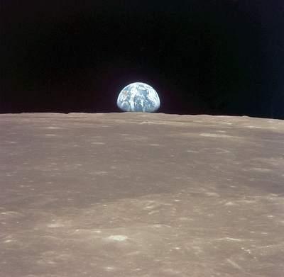 Wschód Ziemi ponad powierzchnią Księżyca