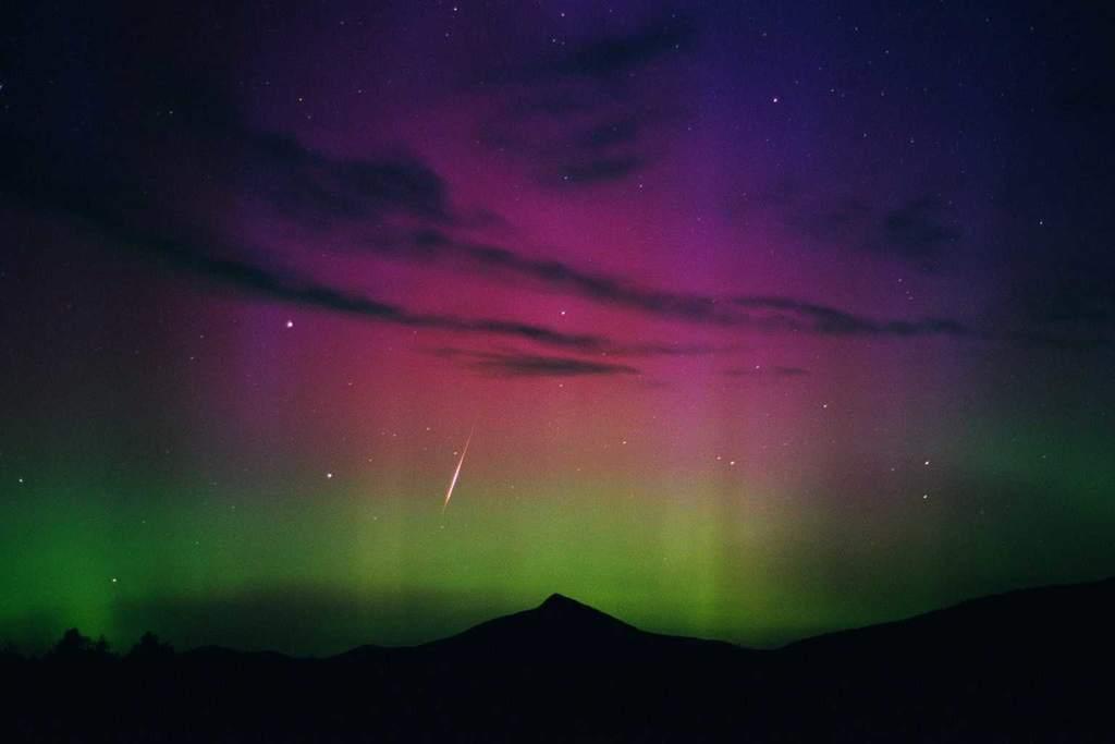 Meteor z roju Perseid i zorza polarna