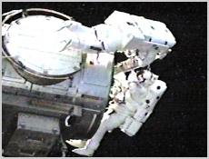 Dan Barry i Pat Forrester w trakcie spaceru kosmicznego