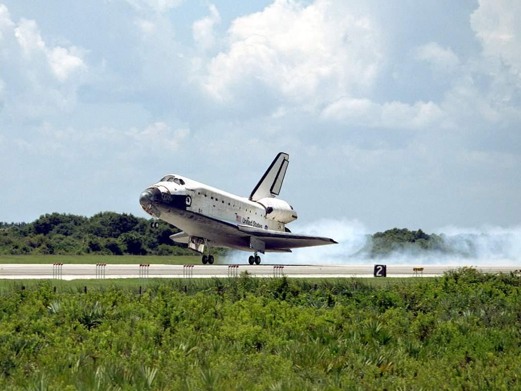 Prom kosmiczny Discovery ląduje w KSC (1)