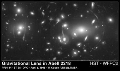 Soczewkowanie grawitacyjne na gromadzie Abell 2218