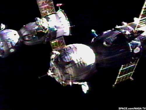 TM-33 dokuje do ISS