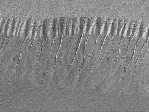 Żleby na skarpie w rejonie południowego bieguna Marsa