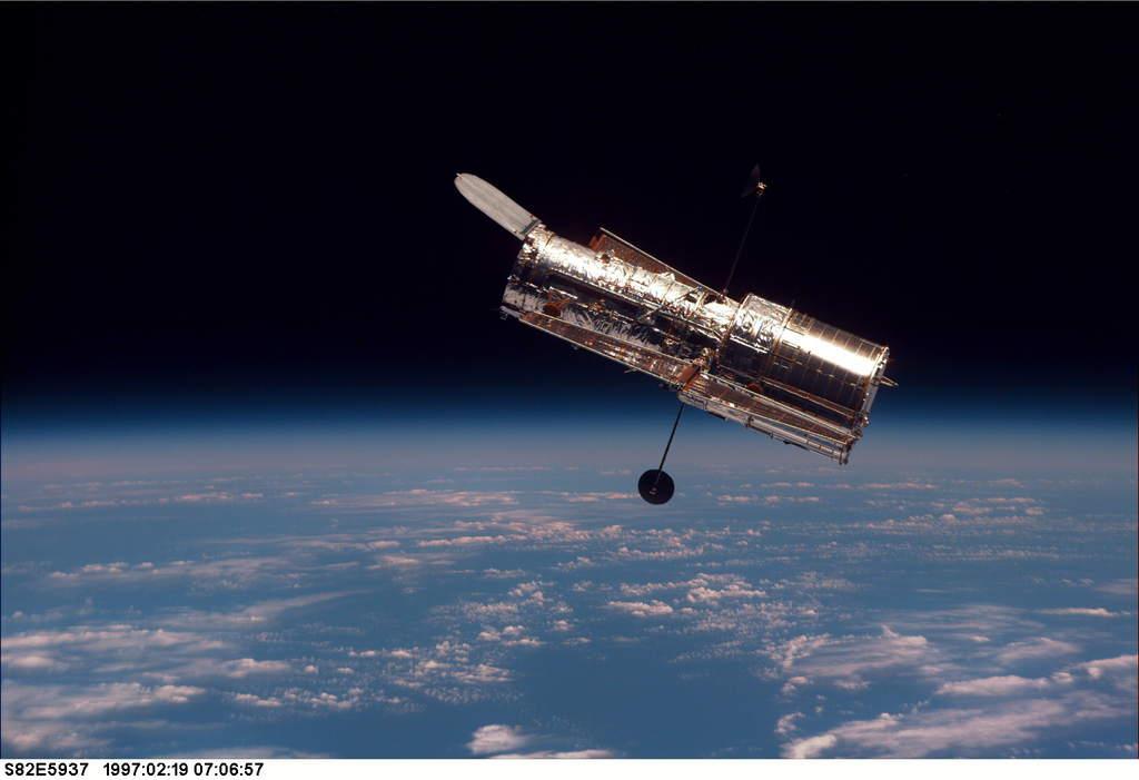 Teleskop Kosmiczny Hubble'a (HST) wczasie misji STS-82
