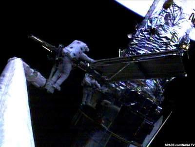 Otwarcie paneli podczas pierwszego spaceru STS-109