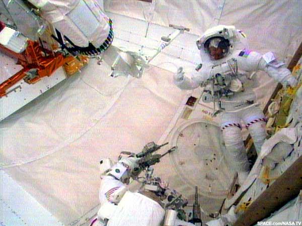 Początek drugiego spaceru misji STS-109