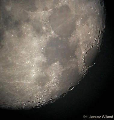 Księżyc wobiektywie aparatu cyfrowego