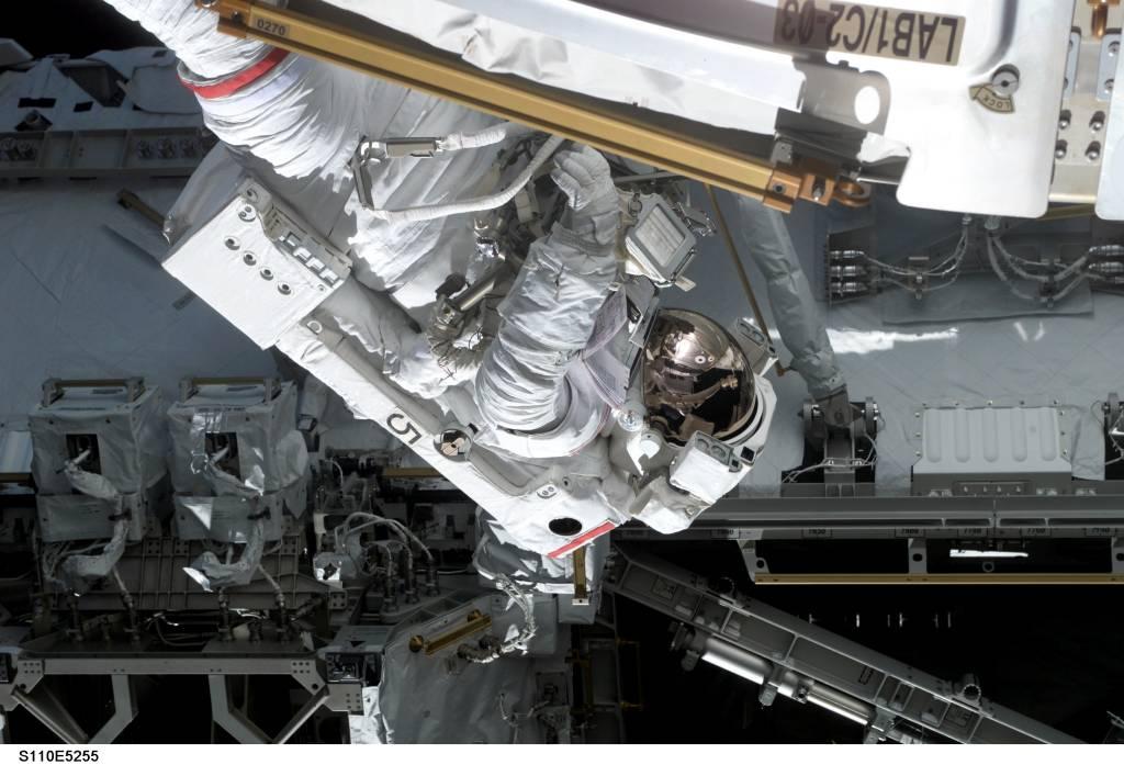 STS-110: pierwszy spacer kosmiczny (2)
